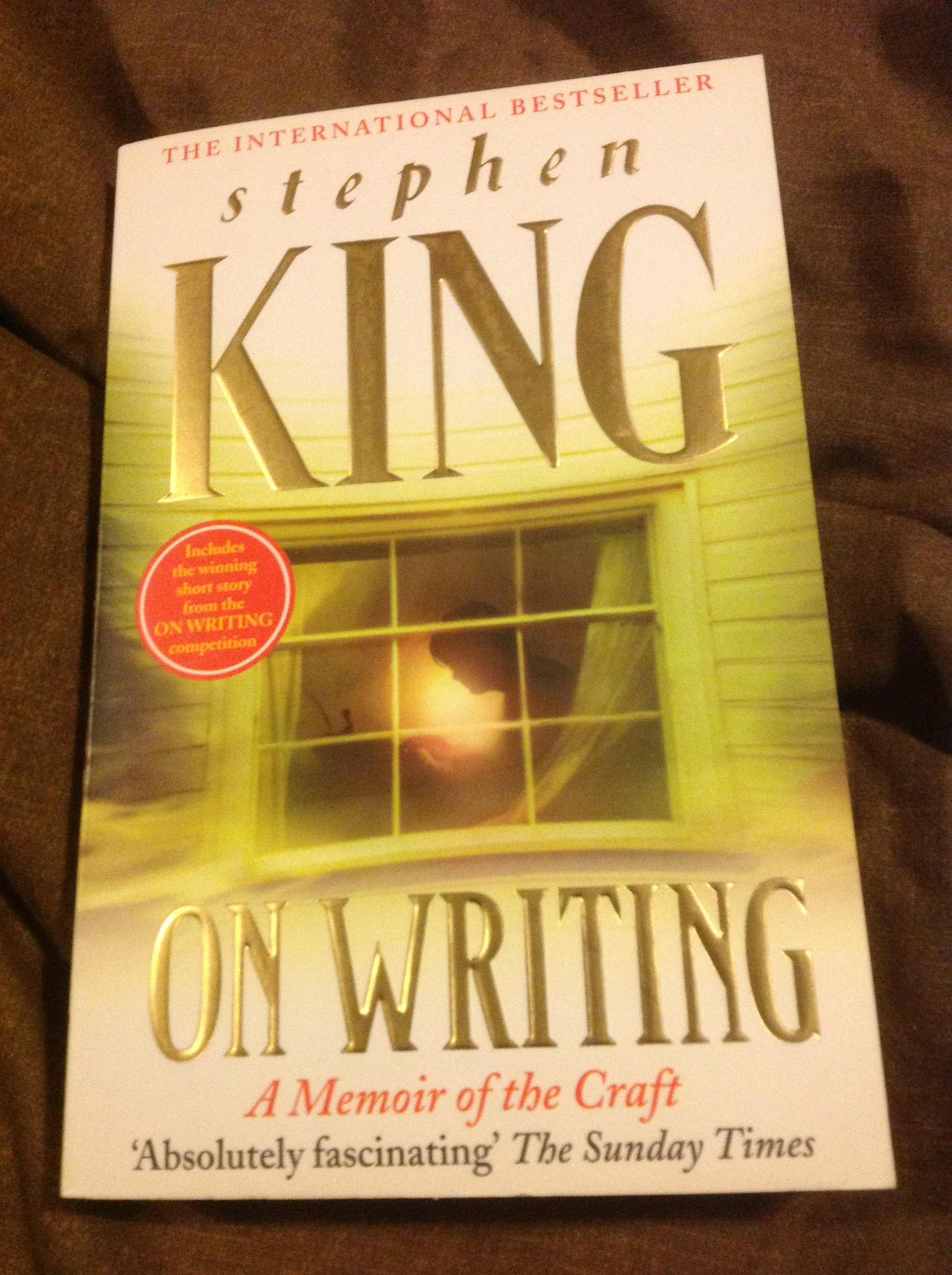 stephen kings writing style and method Stephen king's personal experience and views on writing have defined his works of fiction his works, and his writing practices and methods, are reactionary to both the changing landscape of the literary field around the length of his career and also a tumultuous personal life, saddled with substance addiction and, later in life, a near fatal accident.